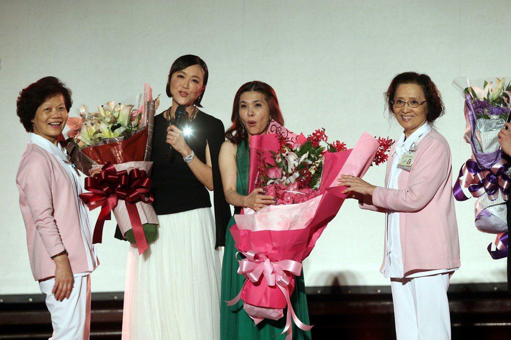 張清芳(右二)邀約特別來賓黃小琥等人在台北榮總演唱,共同向醫護人員致敬。記者邱德...