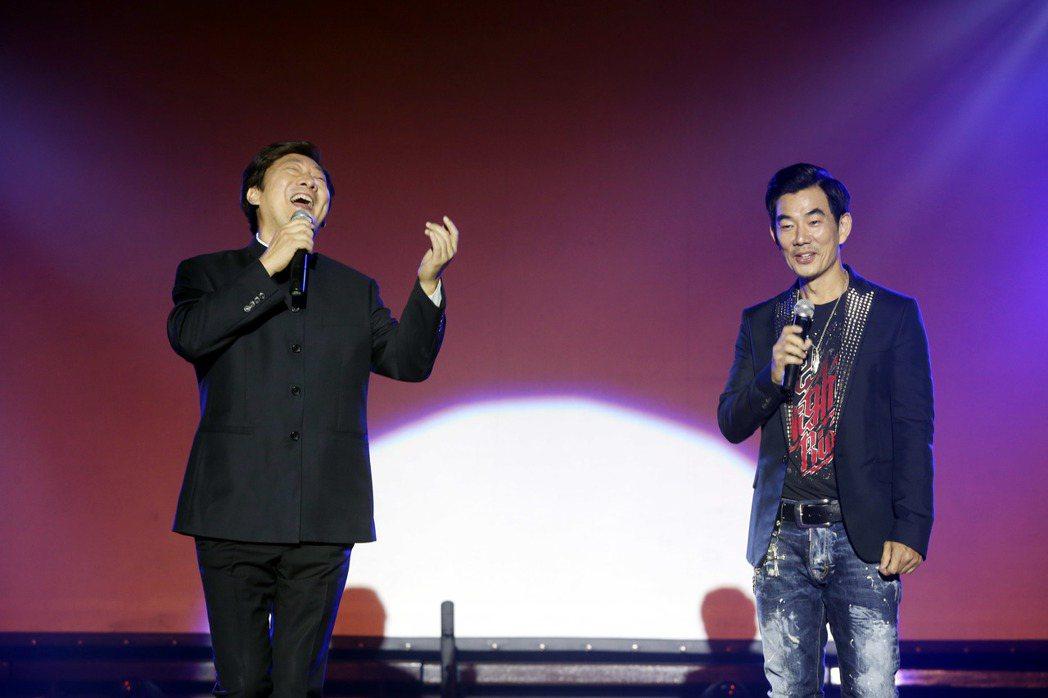 九孔(左)扮小哥費玉清在台北榮總慶祝演唱向護理人員致敬。記者邱德祥/攝影