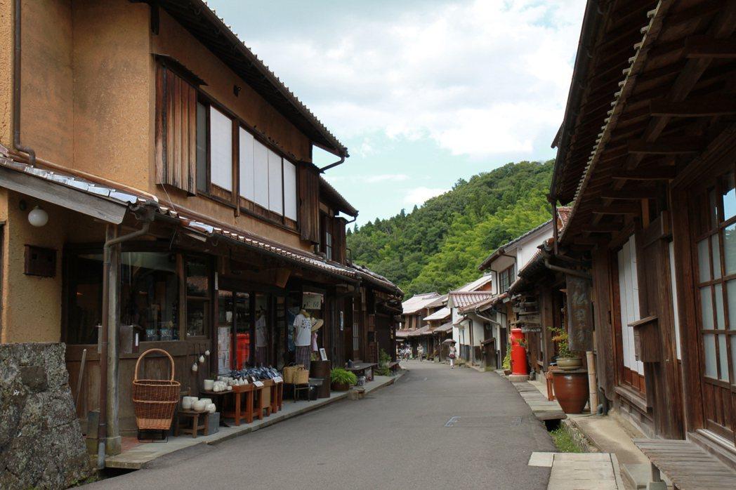 石見銀山保留了幕府時代豐富的傳統建築,僅館外觀古樸,內部卻有不少改為時尚小店。 ...