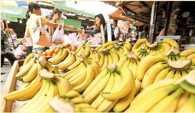 農委會評估從6月底開始,香蕉價格恐怕「腰斬再腰斬」。