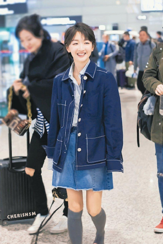 周冬雨的長筒襪造型,學生味十足。