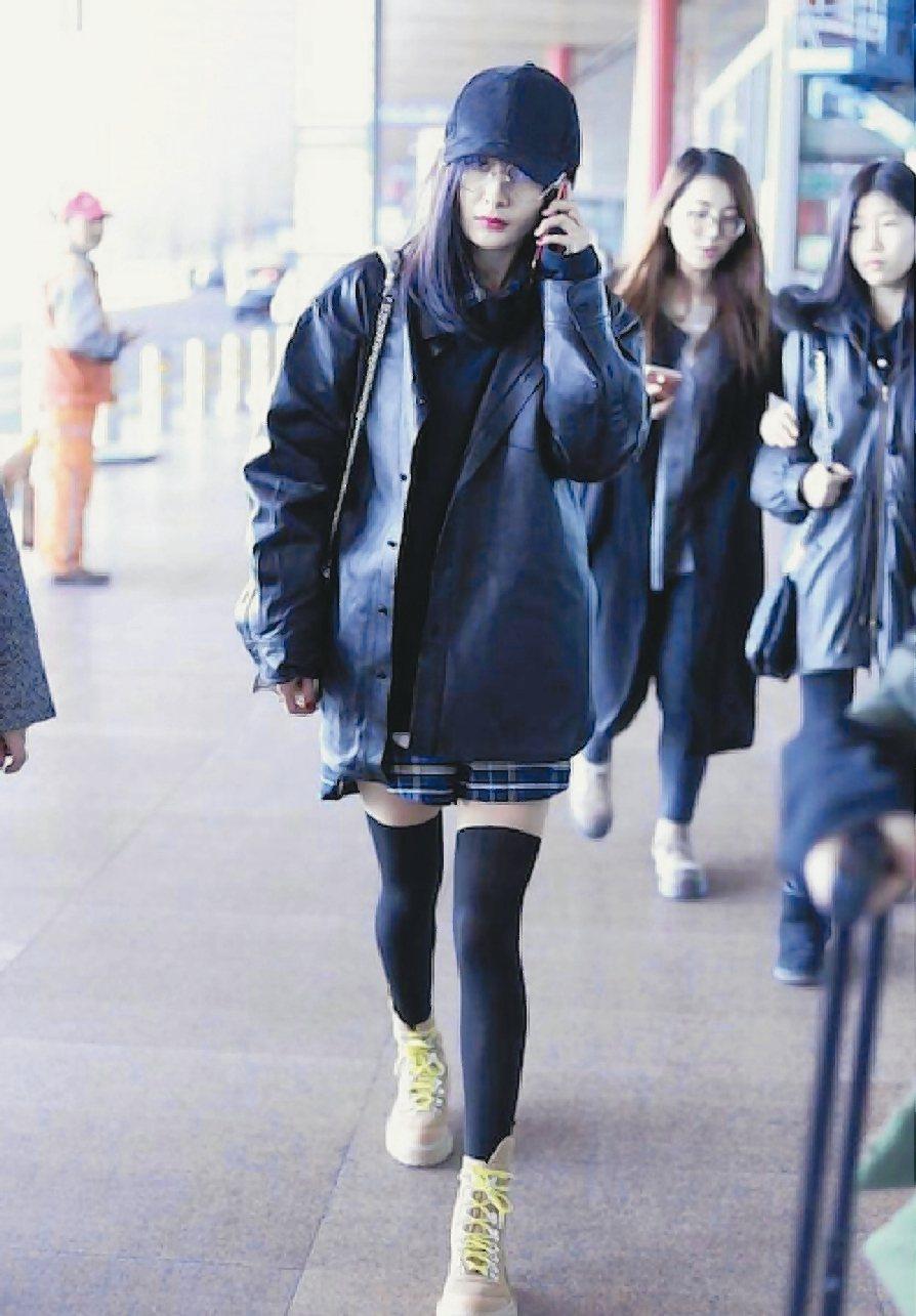 楊冪在機場以長筒襪現身,有如搖滾少女。