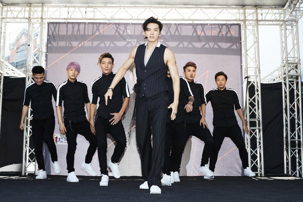 辰亦儒日前返台舉辦簽唱會,賣力跳舞。圖/華研提供