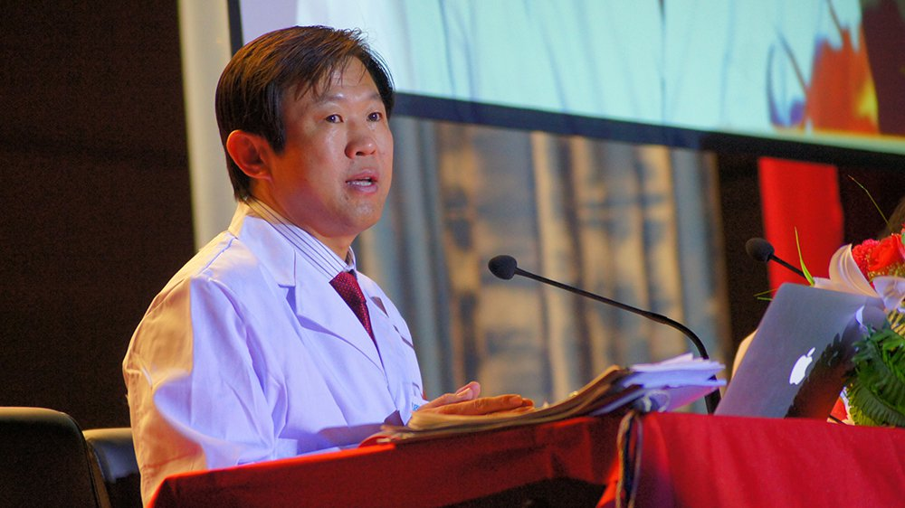 內蒙古國際蒙醫醫院的納貢畢力格醫師,在中國享有盛名,據說要掛他的號得排好幾個月才...