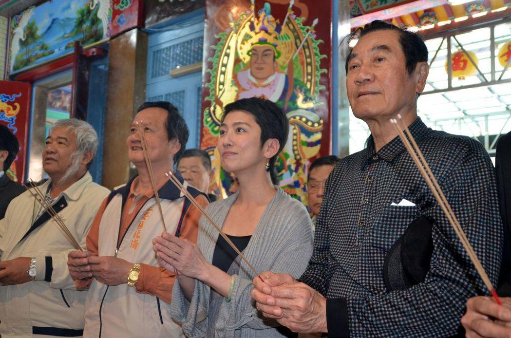 蓮舫(右二)2013年在時任立委的陳唐山陪同下,到台南白河尋根。 記者邵心杰/攝...