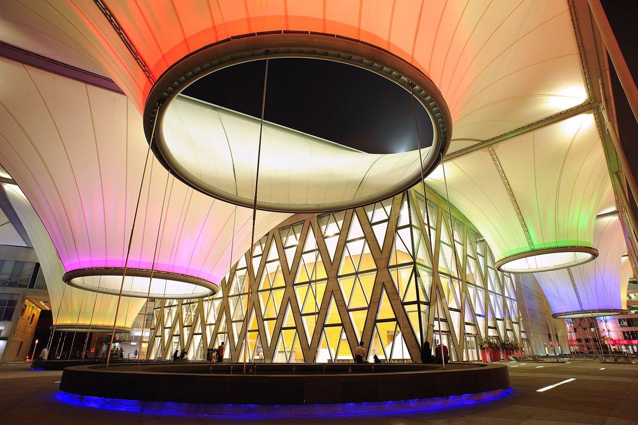 大東文化藝術中心熱氣球藝術燈光造景,已成為高雄夜拍新地標。圖/高雄市觀光局提供