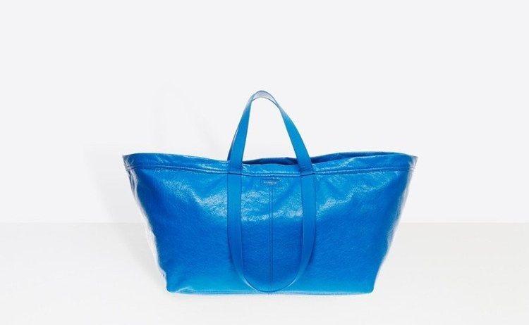 BALENCIAGA所推出的一款購物袋包被網友認為神似IKEA的購物袋。圖/擷自...