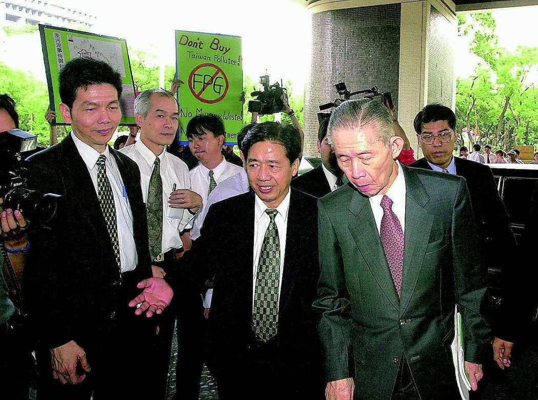 王永慶生前出席股東會,「經營之神」也難免遇到抗議。 報系資料照