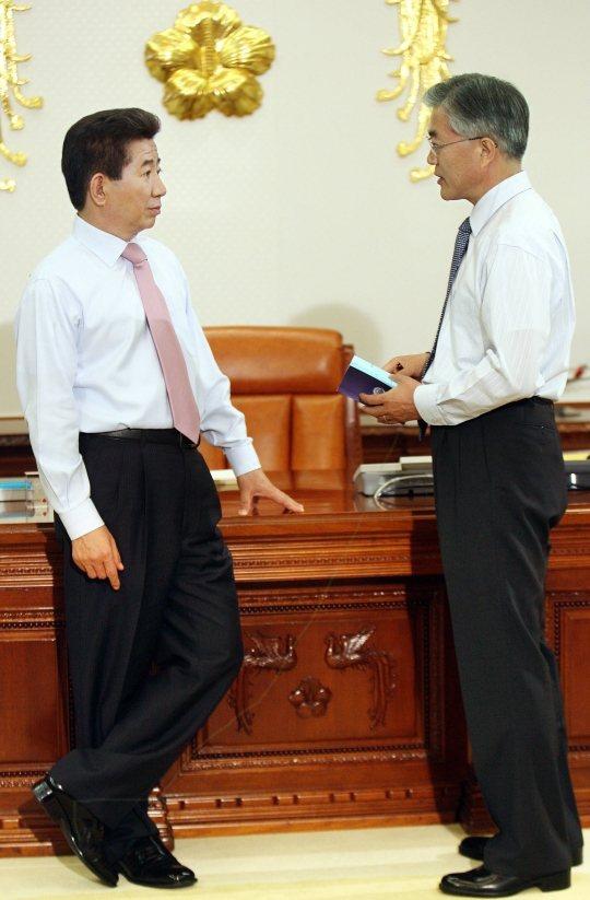 2007年時任南韓總統盧武鉉和時任祕書室長文在寅於辦公室討論國政 /照片來源:南...