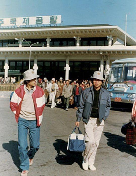 文在寅與盧武鉉合設法律事務所時期,與員工一同郊遊場面 /照片來源:南韓中央日報