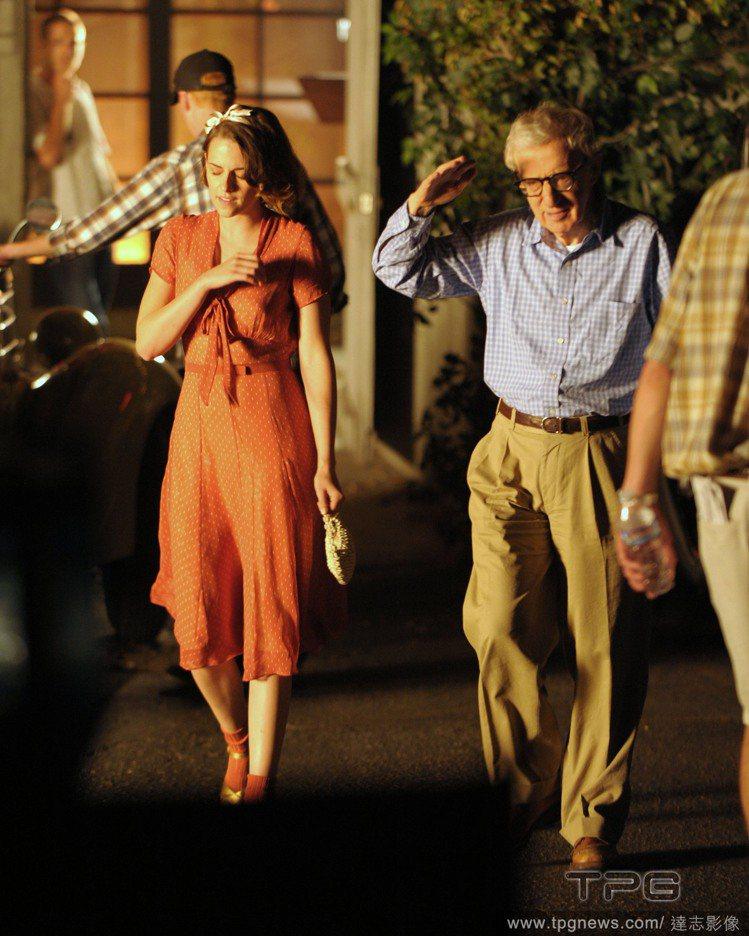 女星克莉絲汀史都華(左)在戲裡穿起復古洋裝。圖/達志影像