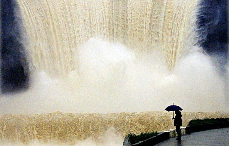 台灣全年降雨集中,河川相對大陸型國家而言屬於短淺,供水問題一直是台灣政府嚴峻的治理難題。圖為水庫洩洪畫面。 圖/路透社