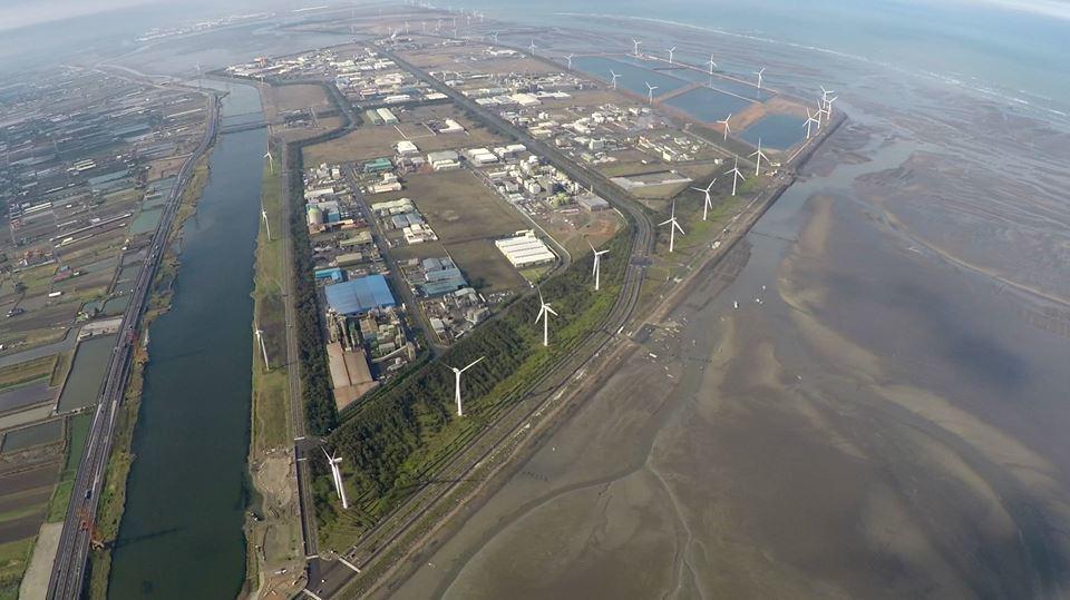 政府應對全國工業用水供應進行盤點,未來大型工業區逐年開闢的情形為何,或者既有的用水狀況是否有所低報?透過這些檢討工作才能對工業用水的現況與未來有全面性的理解與推估。圖為彰濱工業區的空拍照。 圖/聯合報系資料照