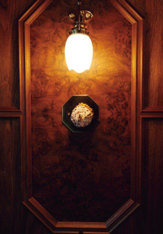 列車整體有如美術館般裝飾著陶藝作品,蜜蜂的擺飾是第14代柿右衛門的作品。