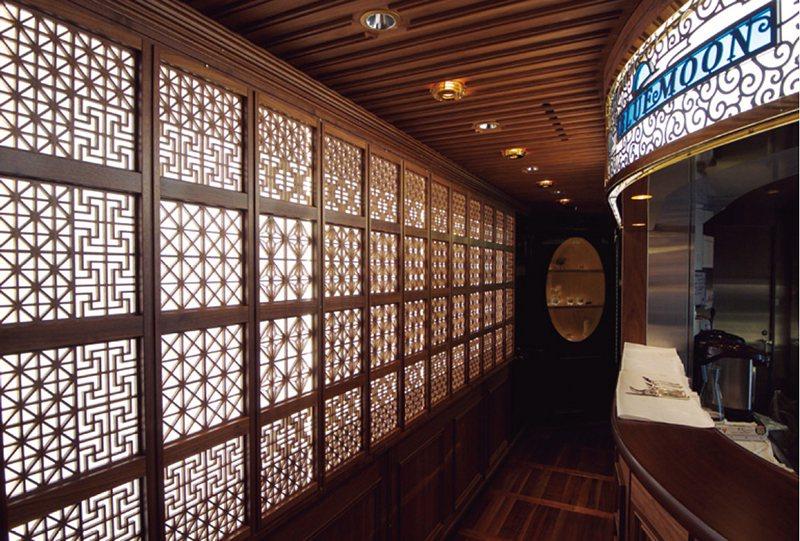 一進入宴客廳車廂「Blue Moon」,傳統工藝「組子」(鑲嵌窗框)的美麗圖樣就...