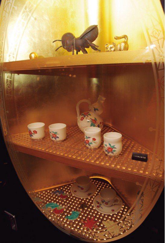 在宴客廳車廂裡也設有擺飾作品的專用展示櫃,可以看到籔內佐斗司的蜜蜂雕刻。