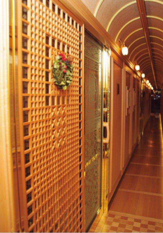 從6號車的走廊拍攝的601號房入口,房間的入口也以「組子」和「磨砂玻璃」展現優雅...