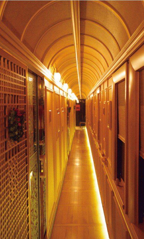 6號車的走廊以明亮的氛圍統合裝潢,牆面裝飾著水戶岡銳治的插圖。