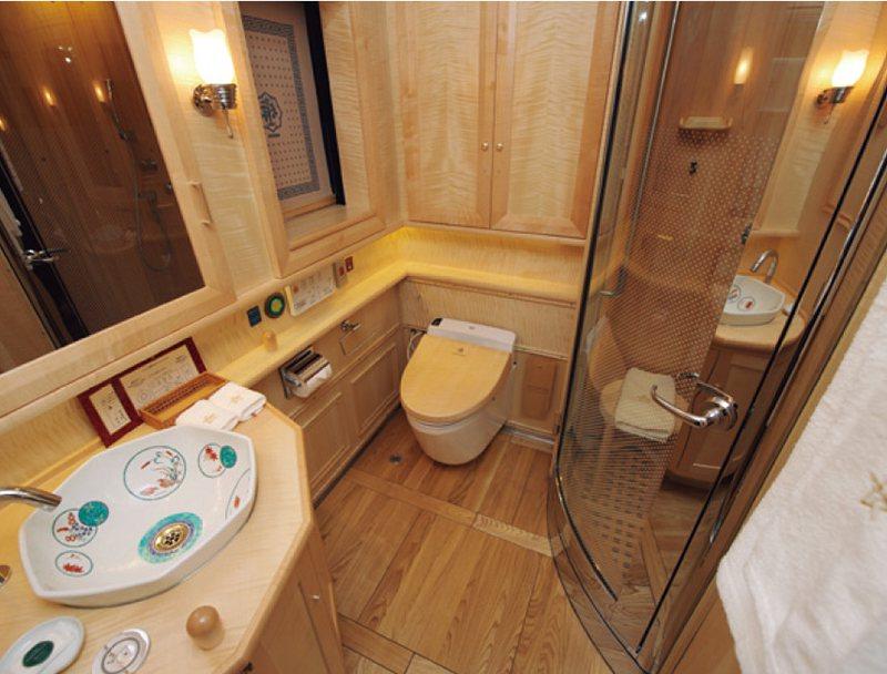 每間客房都備有洗臉台、廁所、淋浴間。洗臉台的花紋每間都不同,極其講究。