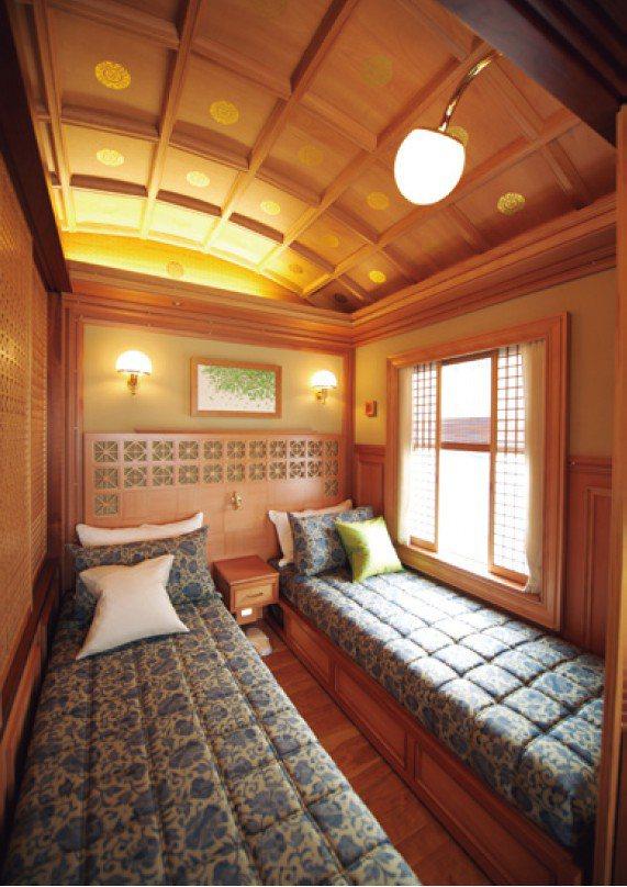 「DX SUITE A」的701號房分成臥房及客廳。