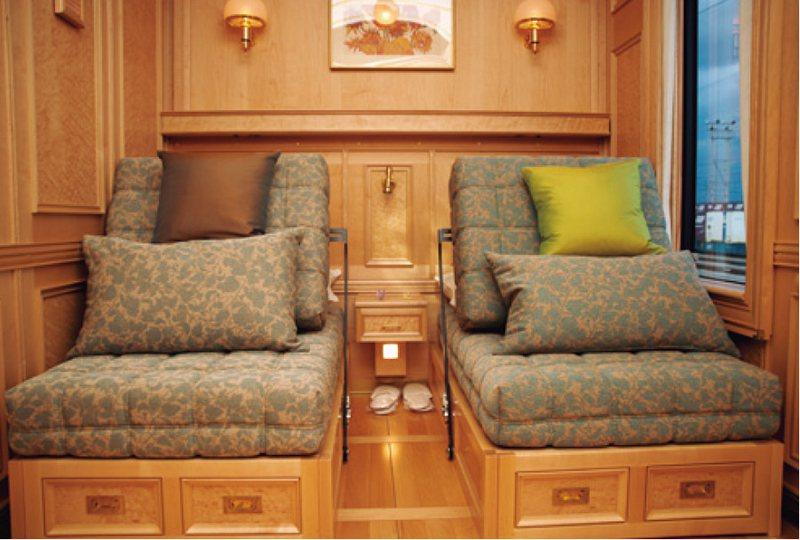 601號房的沙發兼床,機能性非常高,床墊也十分舒服。