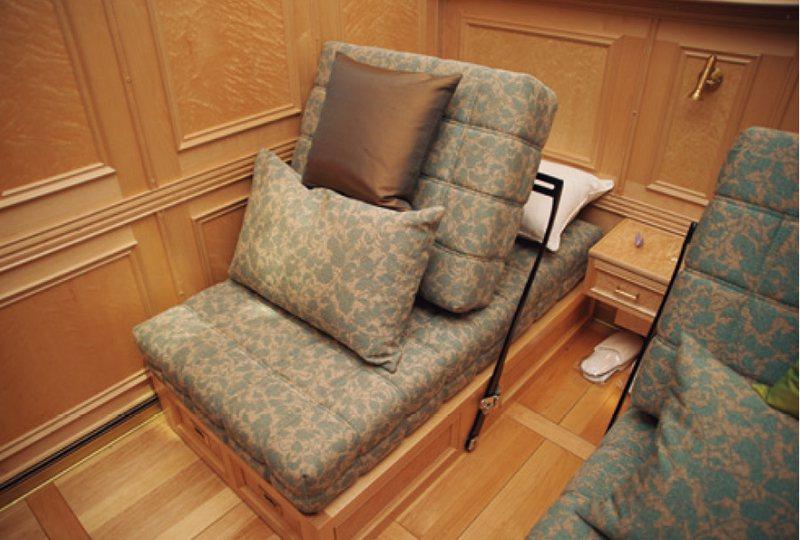 要從沙發改成床時,得從房內打內線請服務人員過來幫忙。