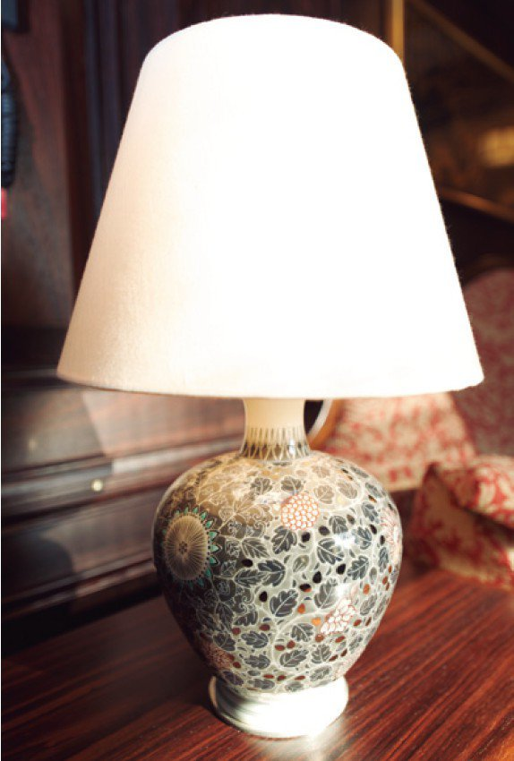 DX SUITE的檯燈用的是有田燒,702號房是「今右衛門窯」的作品。