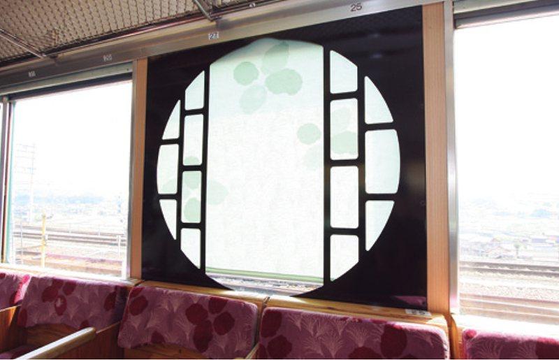 車廂中央設置的圓形格子窗,表現出了攀登高野山的形象。