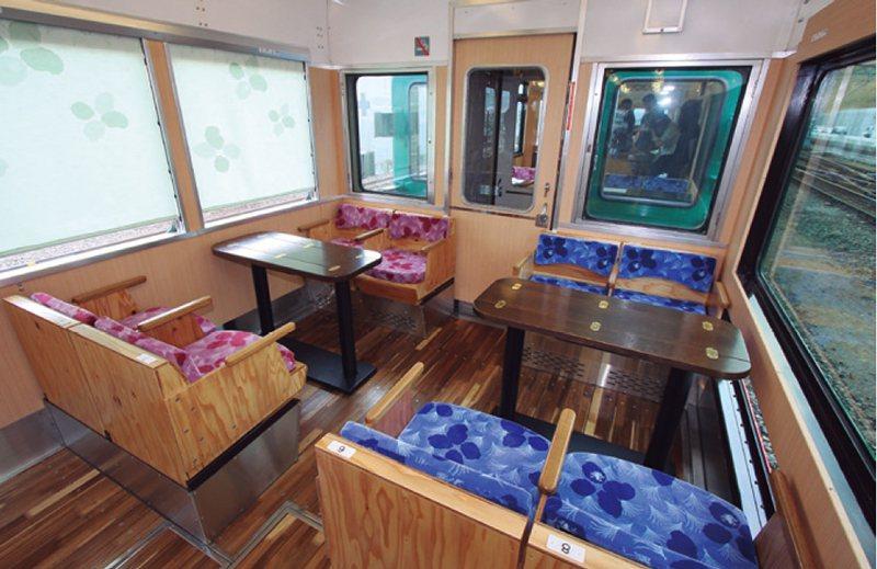 4人座的小包廂座位有著大車窗和桌子,在團體或家族旅行客之間頗具人氣。