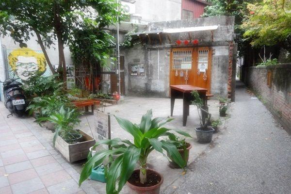 大稻埕內的小柴房就是社區營造的典範,圖為小柴房門前一隅。