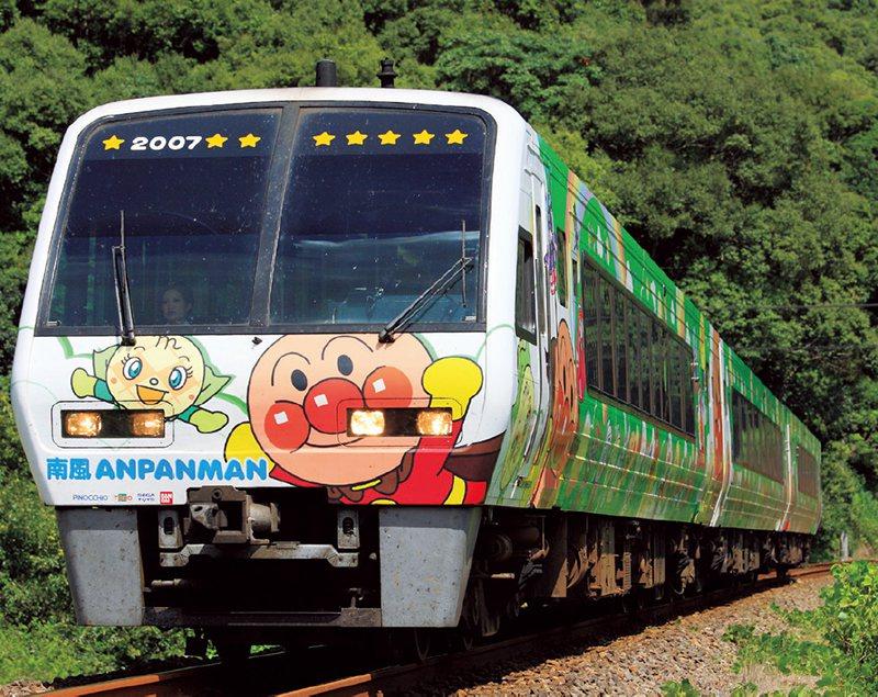特急「南風」專用的紅豆麵包超人綠色列車,也有橙色列車。