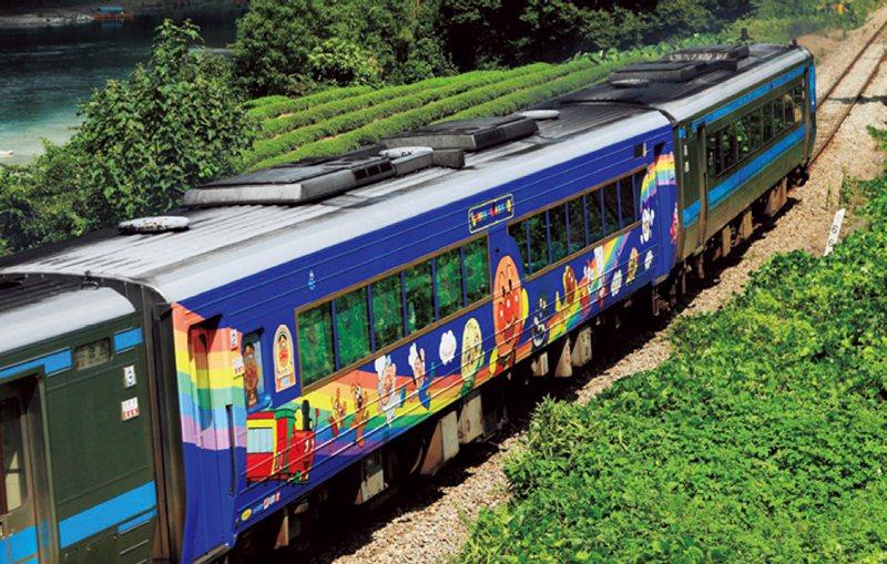 「悠悠麵包超人列車」是在藍色車體上繪有麵包超人角色的繽紛設計。