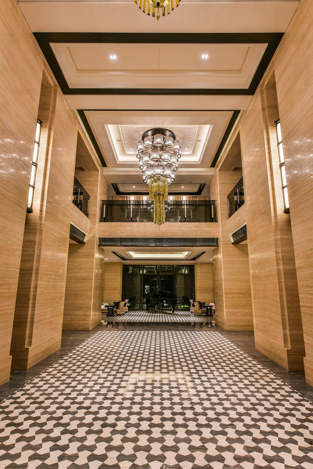 「皇苑世紀館」大廳展現豪宅既奢華又沈穩氣勢。 圖片提供/皇苑建設