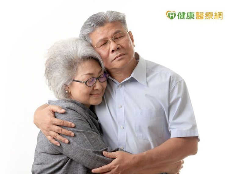 英國研究發現,當家庭氣氛充滿信任、理解,伴侶相處融洽,失智症風險就會下降17%。