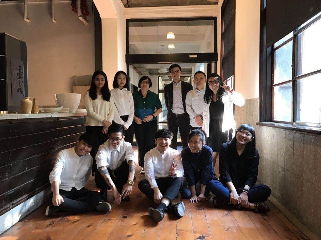 圖/評審老師們與進入決選的同學。期待日後在業界與大家再相遇。(禾築設計提供)