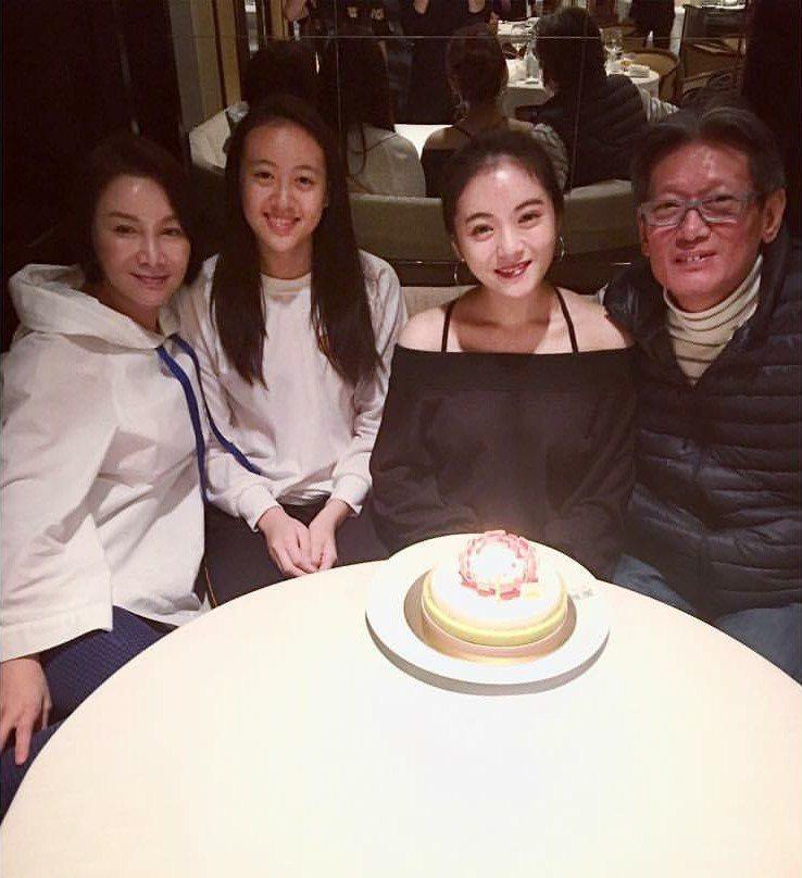 郭泰源(右一)和家人團聚。 圖/翻攝自臉書