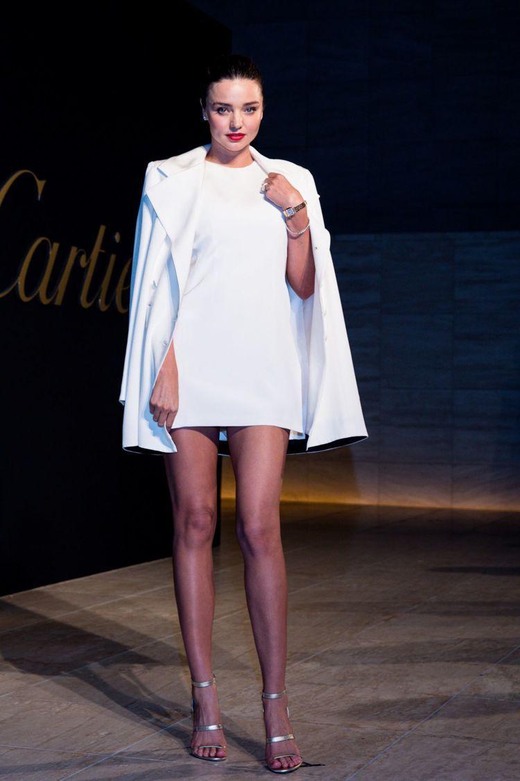 米蘭達選擇以August Getty的洋裝搭配白色西裝外套出席卡地亞派對,露出美...