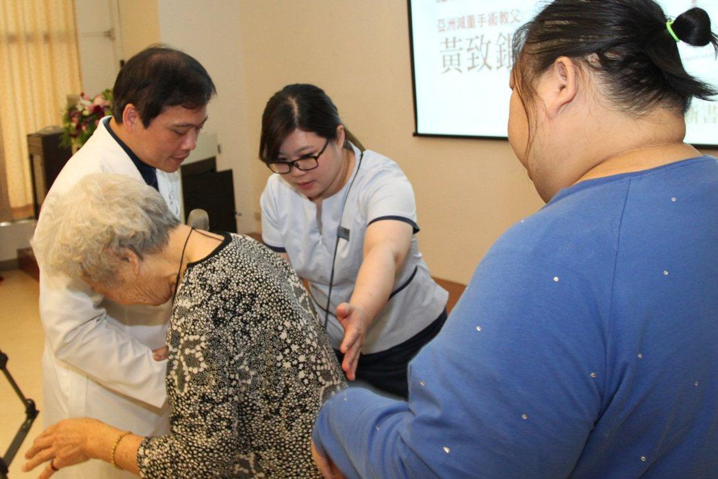 台中市31歲陳小姐(右)體重達148.4公斤,有多種併發症,導致右眼全盲,其母(...