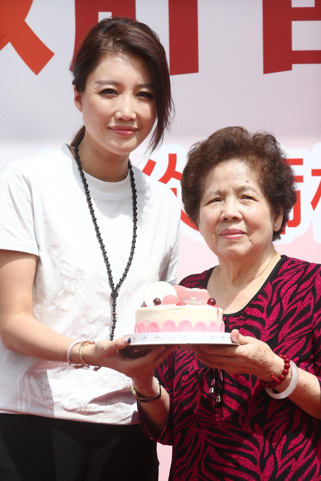 A-Lin(左)首度擔任「救救肝苦人」愛心大使,除了募款外更親自陪伴獨居阿媽(右...