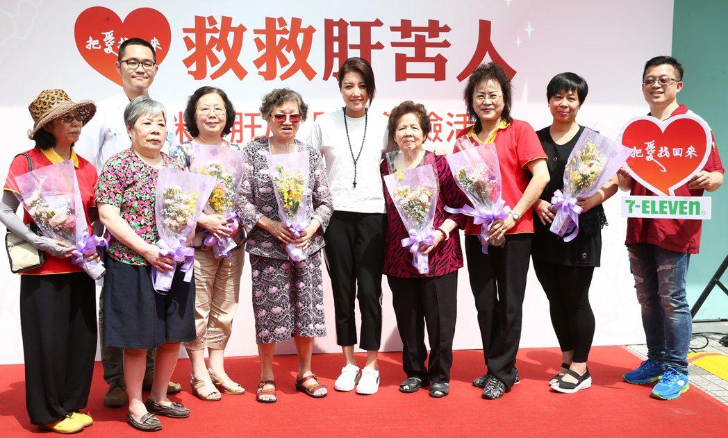 A-Lin(中)首度擔任「救救肝苦人」愛心大使,除了募款外更親自陪伴七位阿媽進行...