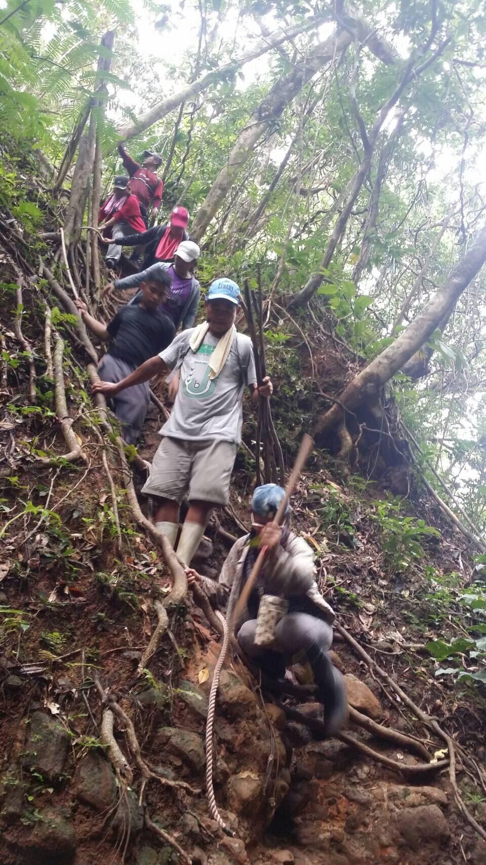 蘭嶼當地解說人員實地走訪天池等景點。圖/蘭嶼鄉公所提供
