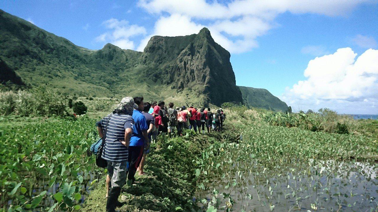 蘭嶼鄉公所今年培訓了40名解說人員在當地資深解說教師引導下,實地走訪習以為常的在...