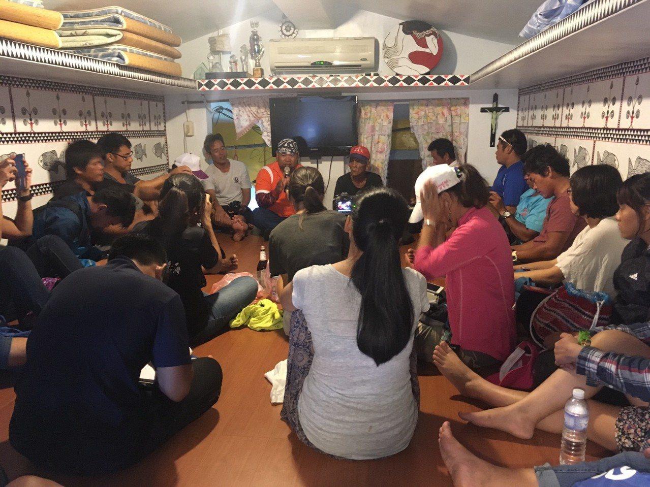 40名蘭嶼當地受訓解說人員在專業教師引導下,到平常習以為常的文化資產、景點處,學...