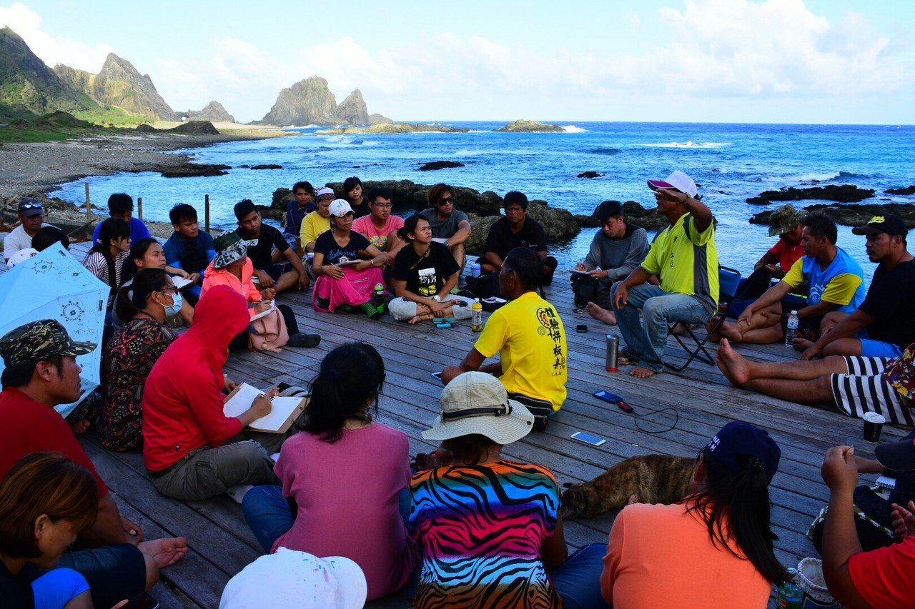 老人家與蘭嶼解說員分享傳說與歷史。圖/蘭嶼鄉公所提供