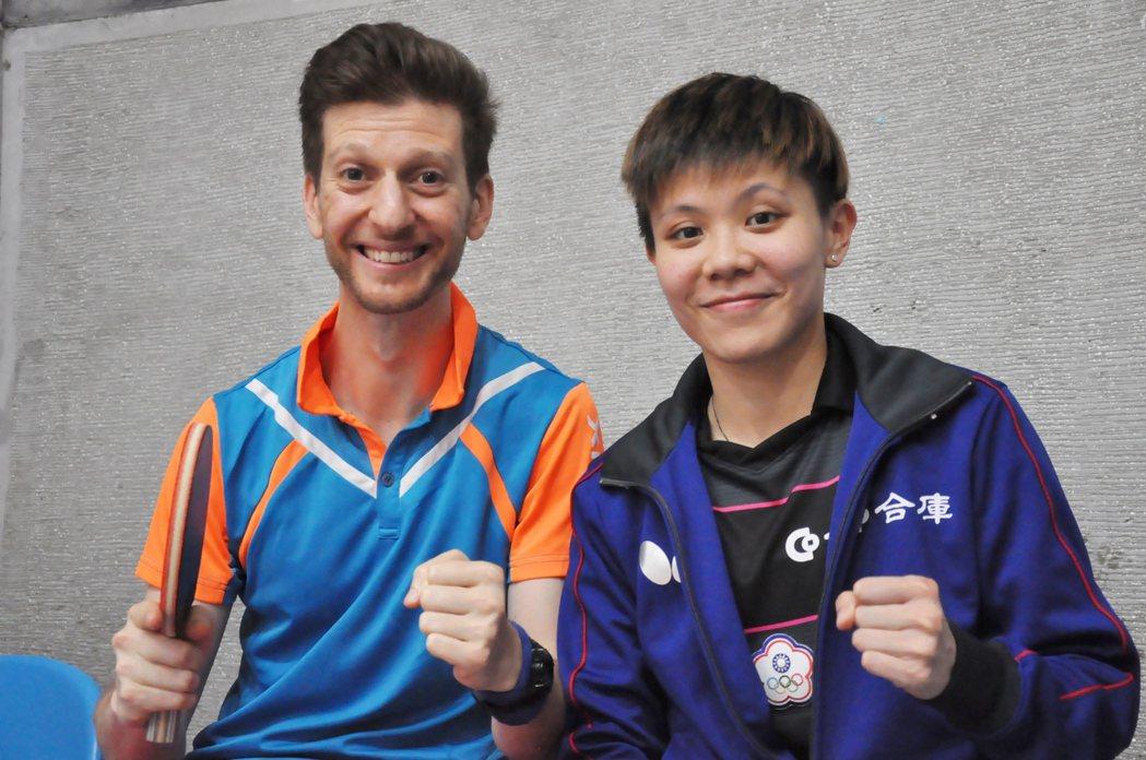 鄭怡靜(右)和ITTF主播保羅相見歡。 記者曾思儒/攝影