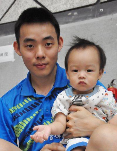 陳建安1歲1個月的兒子第一次看爸爸打全大運,成雙金「小福星」。 記者曾思儒/...
