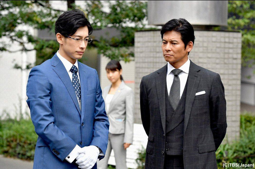 劇中織田裕二(右)飾演智商高達246的怪咖貴族後裔,左為飾演其萬能執事的藤岡靛。