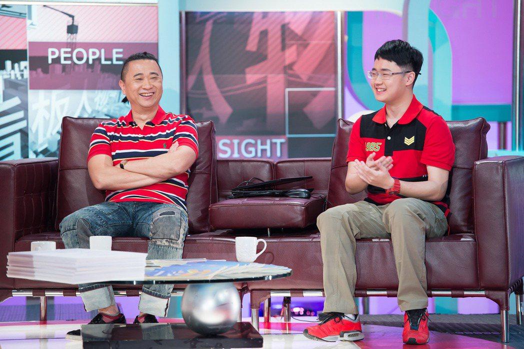 邰智源(左)和兒子邰靖上TVBS「TVBS看板人物」。圖/TVBS提供