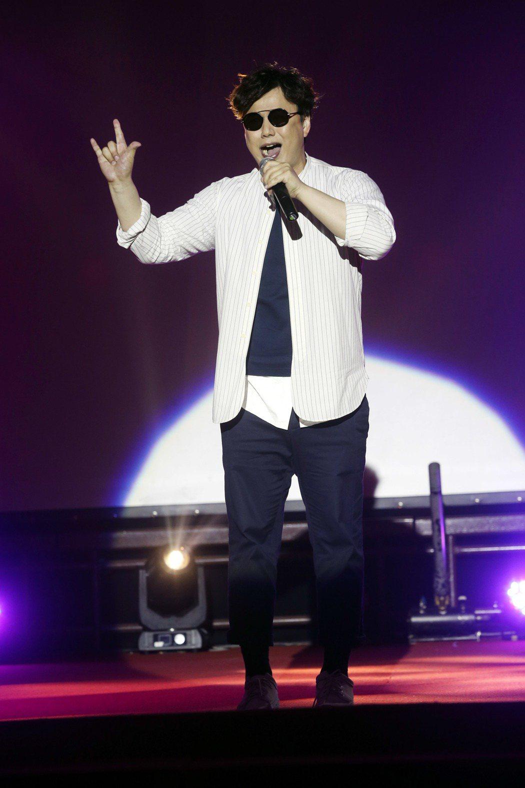 蕭煌奇在台北榮總慶祝演唱你是我的眼向護理人員致敬。記者邱德祥/攝影