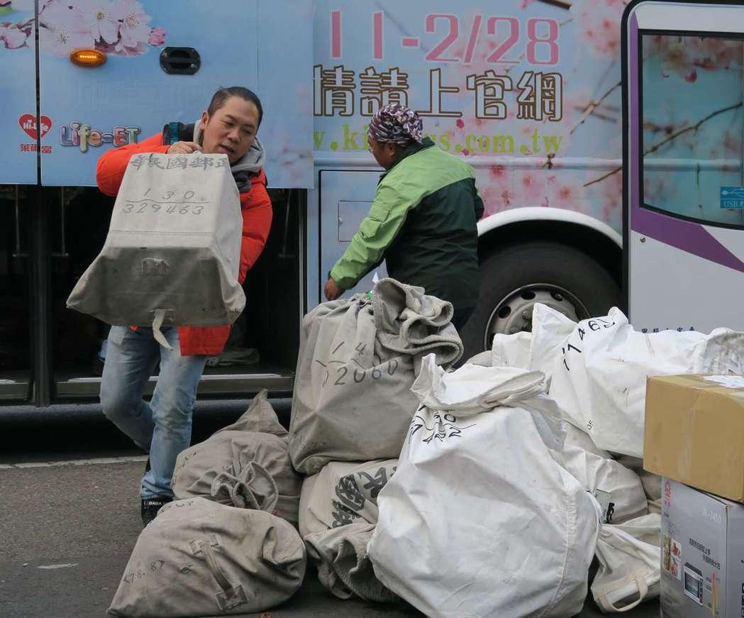 卜學亮在三立「在台灣的故事」當郵差送信。圖/三立提供